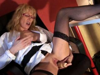 Die blonde Sekretärin fickt sich auf dem Bürostuhl die Muschi mit dem Dildo durch - amtrsx